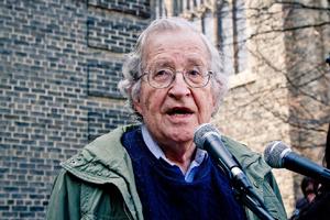Chomsky criticó las políticas ambientales de Estados Unidos