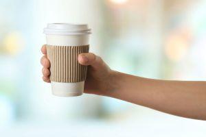 Quieren prohibir los vasos desechables para café en el Reino Unido